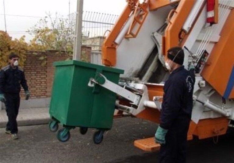 خبرنگاران تجهیزات و ماشین آلات حمل زباله ضد عفونی می شوند